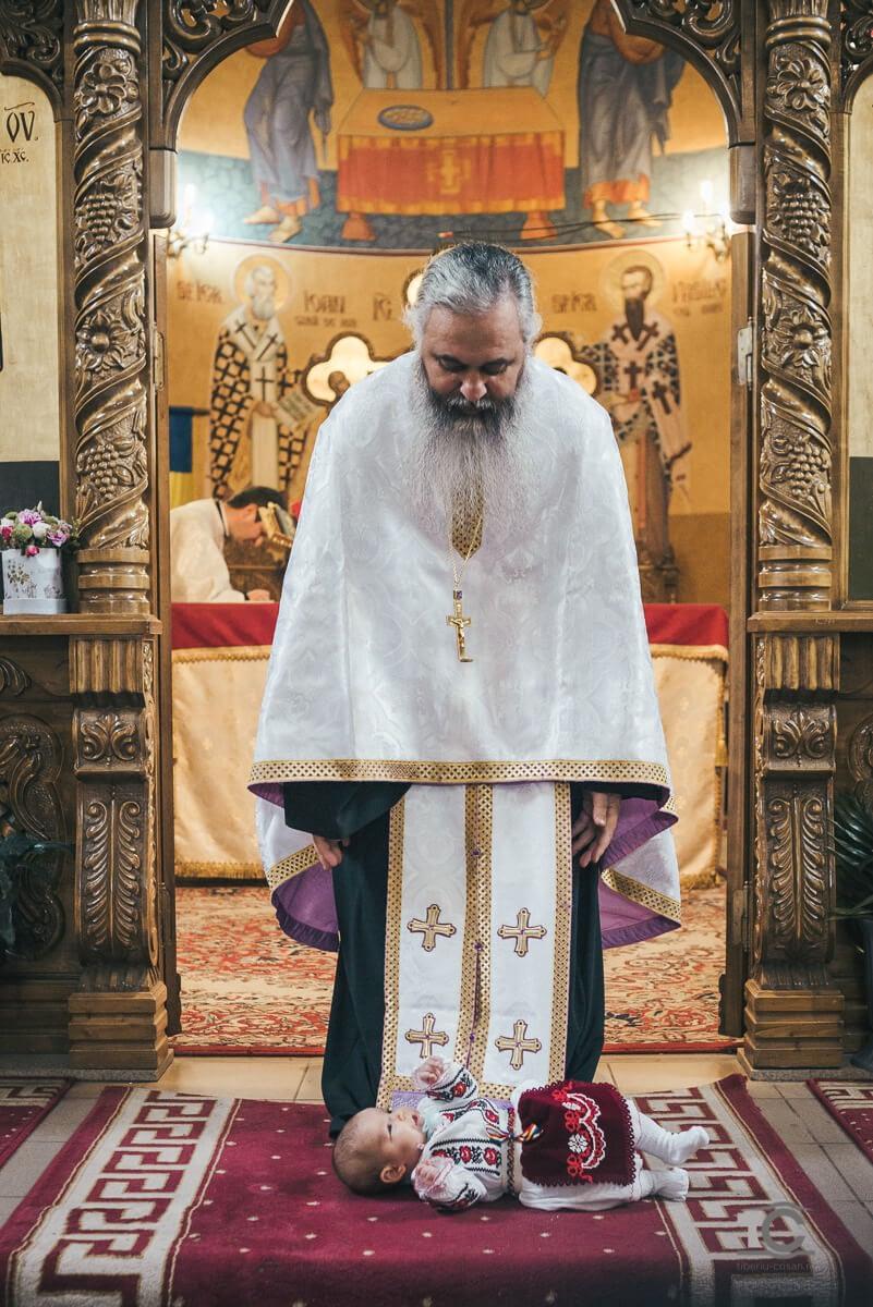 cristina-in-fata-sfantului-altar