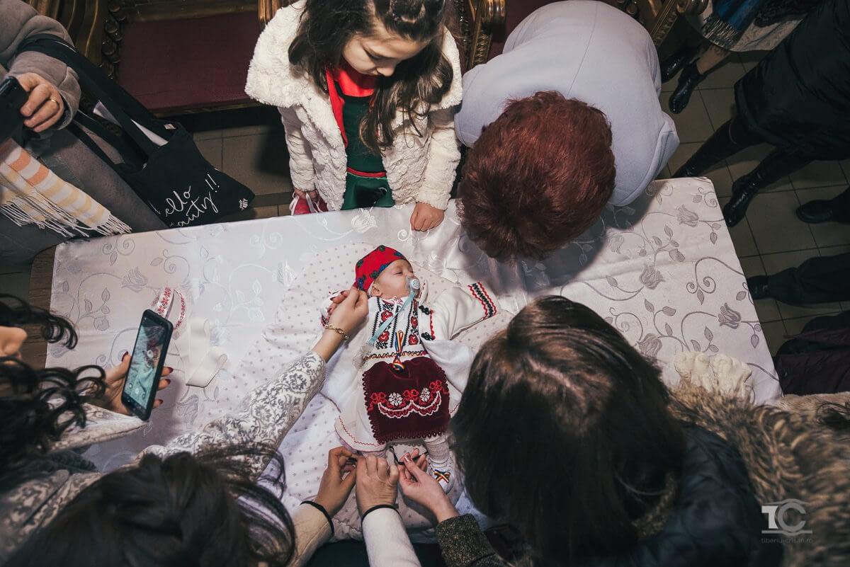 cristina-inconjurata-de-familie-la-sfarsitul-botezului