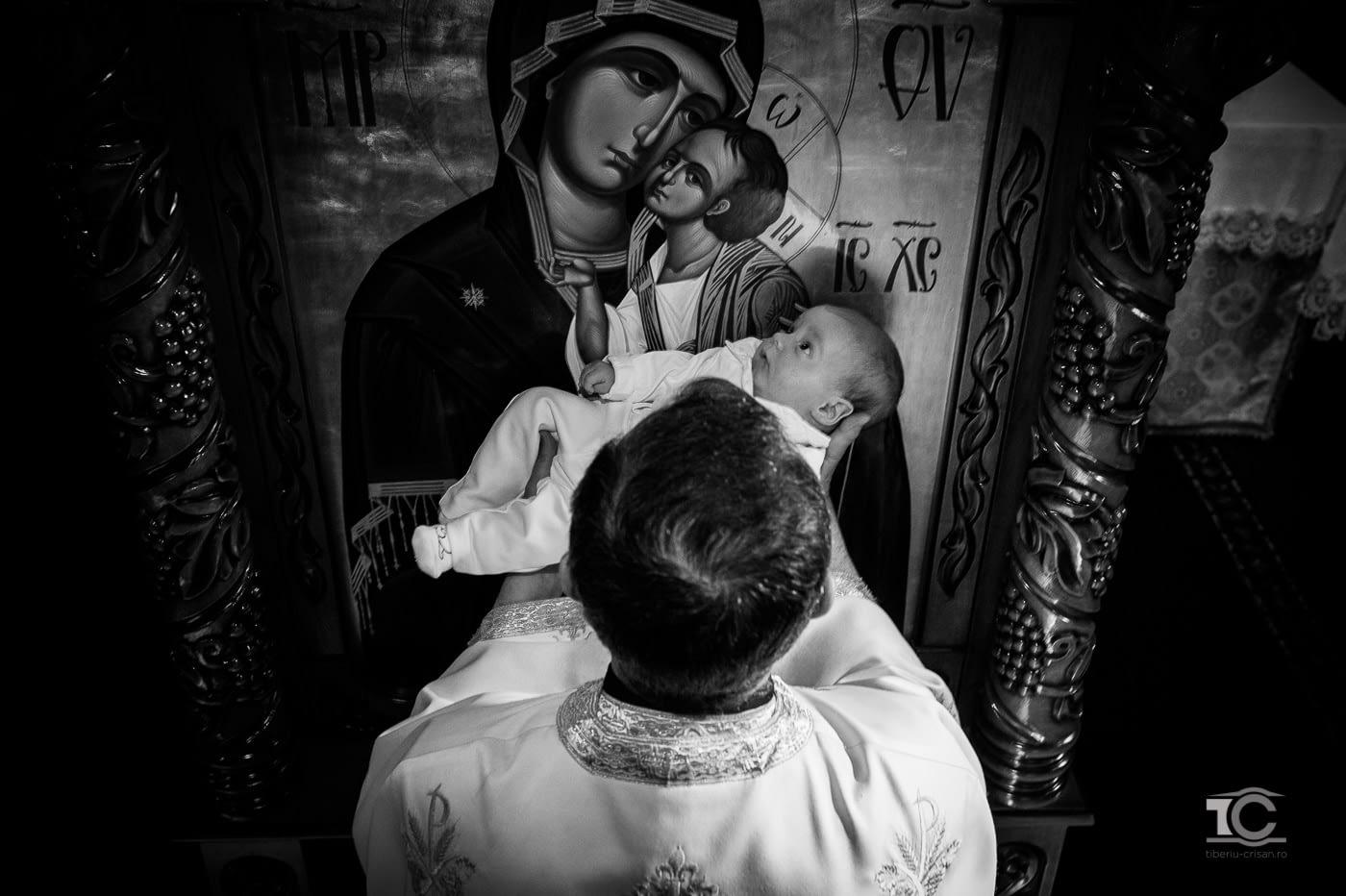 Preotul si copilul la botez