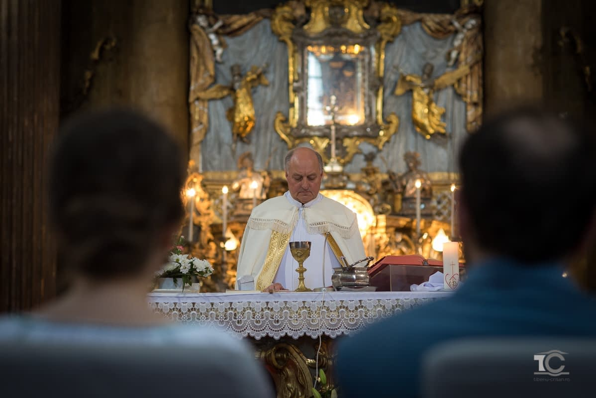 preotul oficiaza cununia religioasa