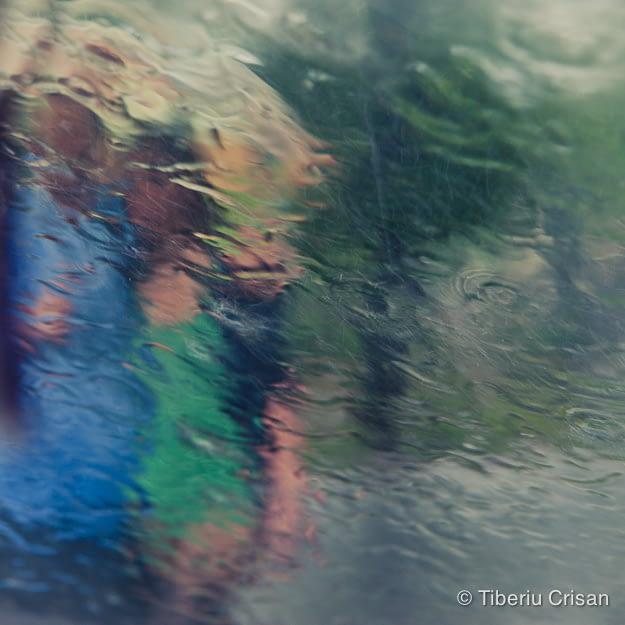 Doi tineri se plimba prin ploaie