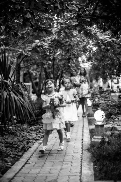 Doua fetite in alb negru