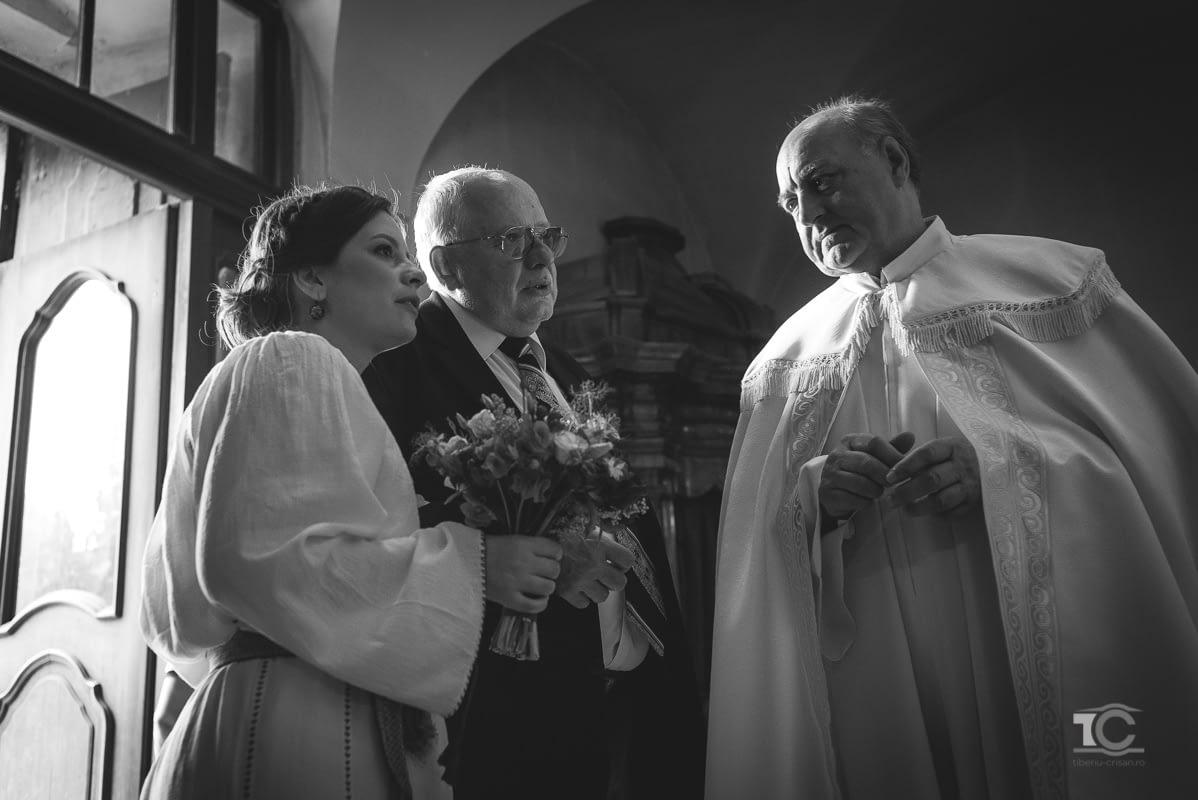mireasa si tatal ei discuta cu preotul inainte de cununia religioasa
