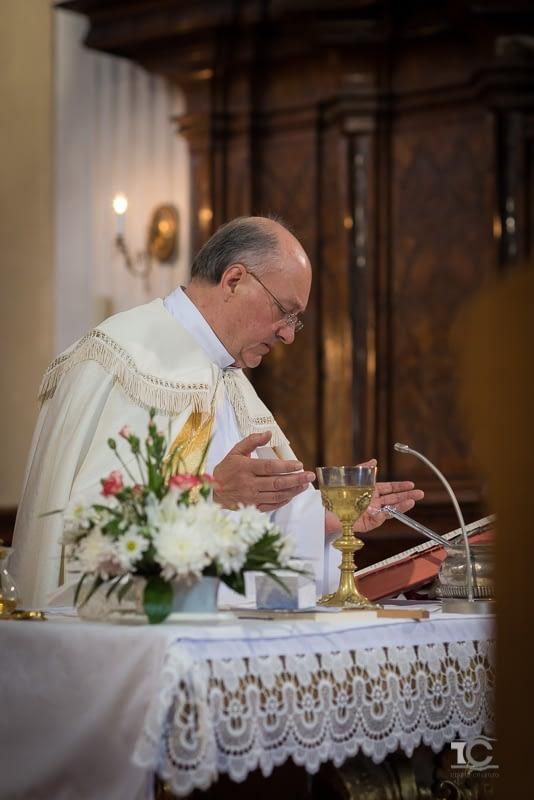 preot in timpul slujbei de casatorie