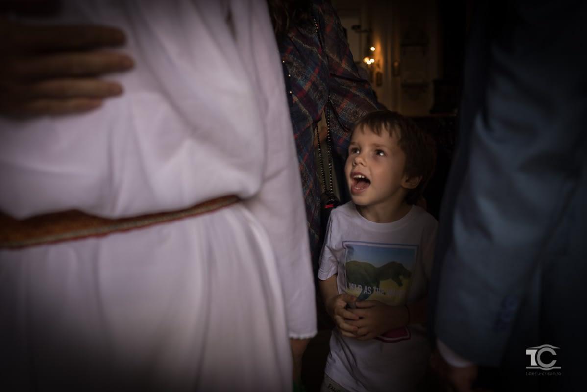 un copil se bucura pentru casatoria celor doi miri