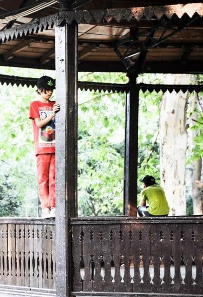 Doi copii in foisorul din parcul Cismigiu, Bucuresti