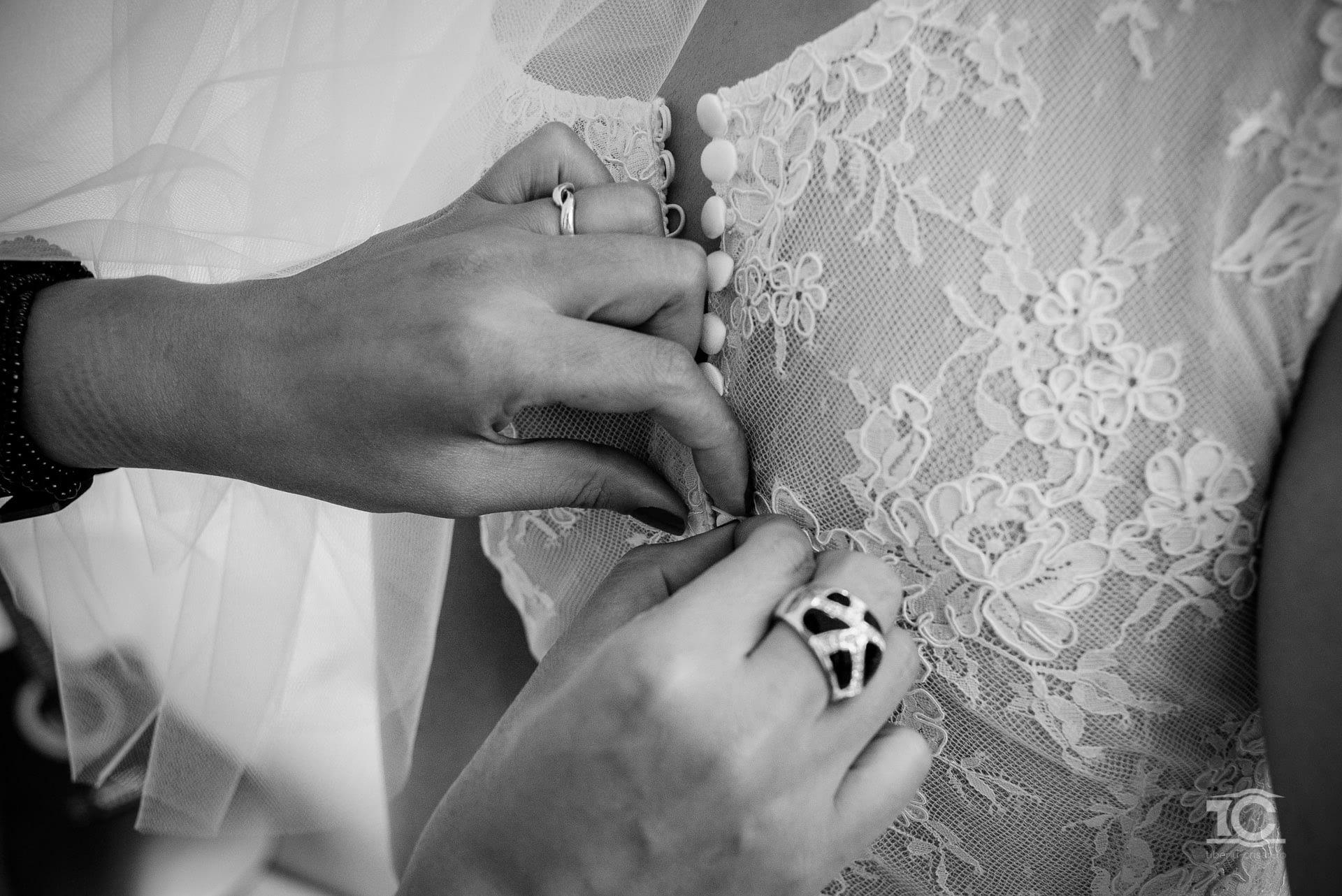 imbracarea rochiei de mireasa