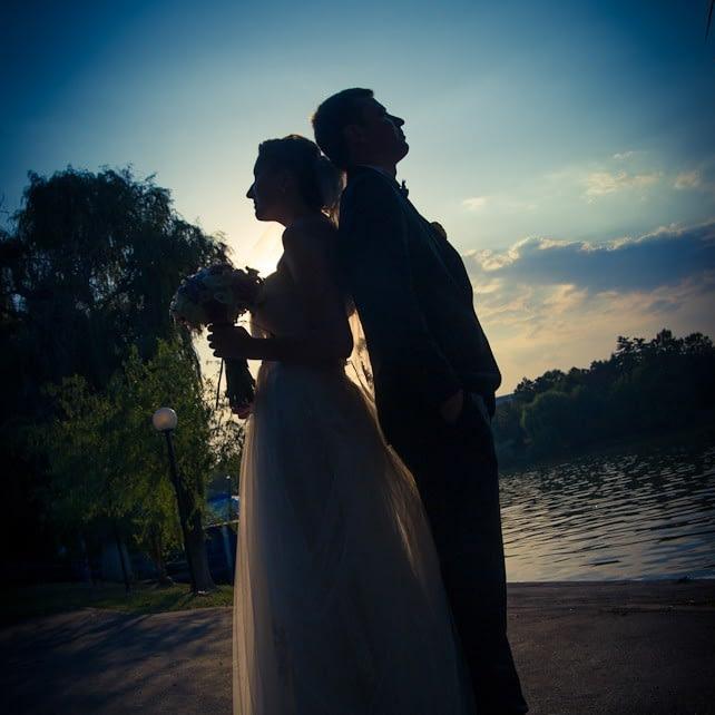 Sedinta foto nunta la apus pe malul lacului