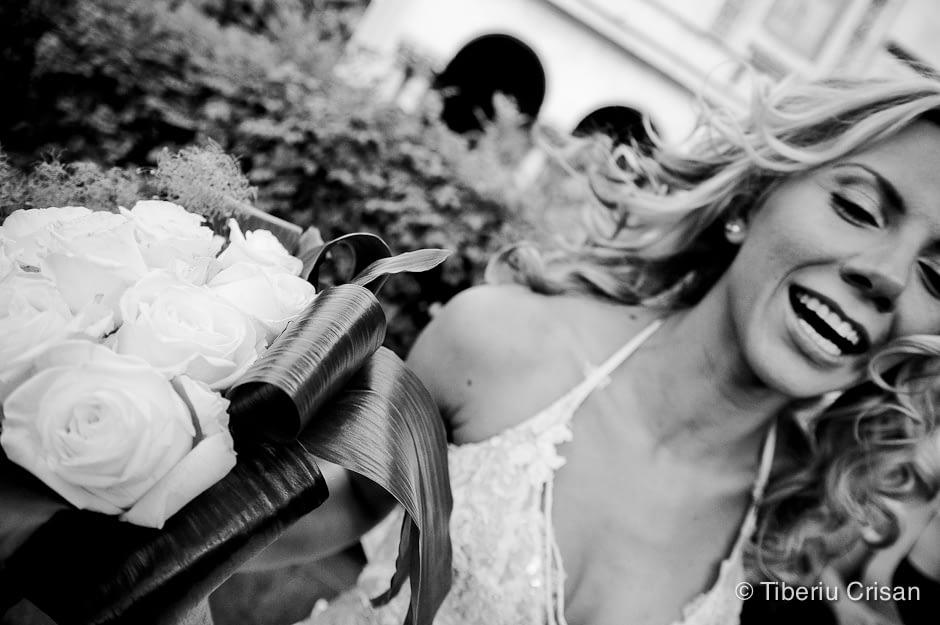 Foto nunta - mireasa cu buchet de trandafiri dupa slujba religioasa