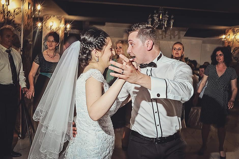 mirele si mireasa petrec la nunta